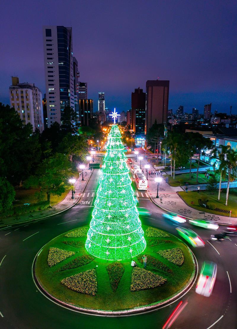 Árvore de Natal Centro Cívico. Natal de Curitiba - Luz dos Pinhais 2019. Crédito: Daniel Castellano / SMCS. Todas as imagens devem ser obrigatoriamente creditadas.
