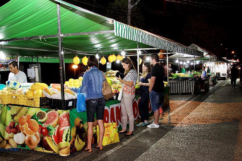 De hortifrútis a artesanato, Curitiba tem mais de 100 imperdíveis feiras. - Na imagem, feira noturna do Juvevê. Foto: Levy Ferreira/SMCS - Todas as imagens devem ser obrigatoriamente creditadas.