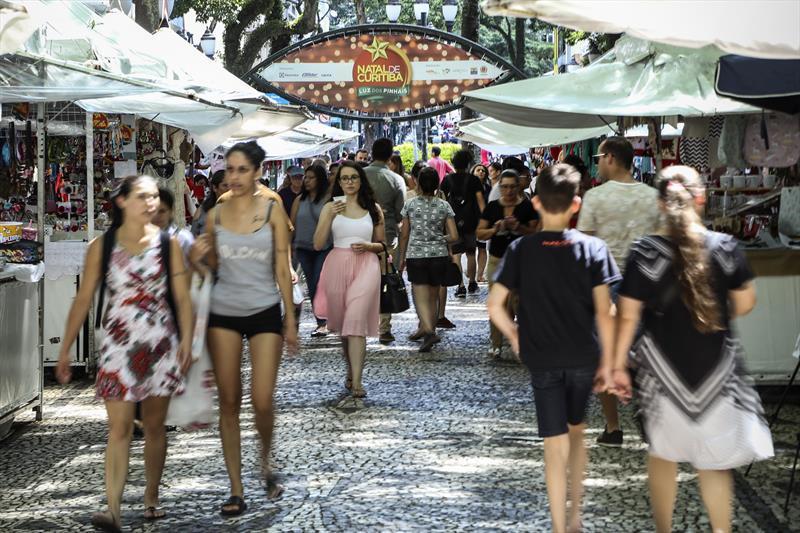 De hortifrútis a artesanato, Curitiba tem mais de 100 imperdíveis feiras. - Na imagem, feira de Natal Foto: Luiz Costa /SMCS - Todas as imagens devem ser obrigatoriamente creditadas.